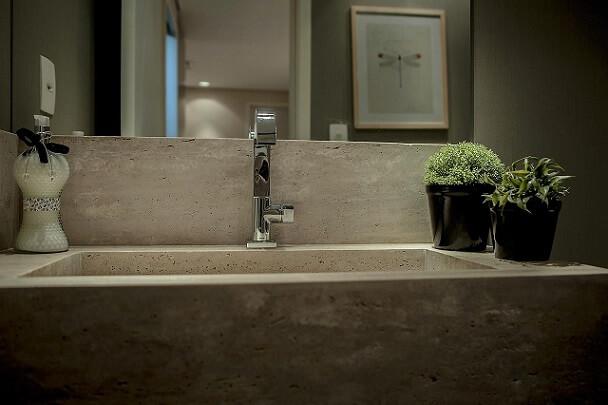 Lavabo com pia de mármore travertino Projeto de Tatiana Caçapietra