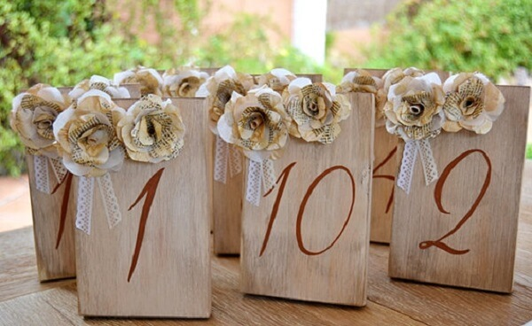 Special little souvenirs complement simple wedding decoration