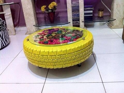 Mesa de centro com tampo de vidro de artesanato com pneus