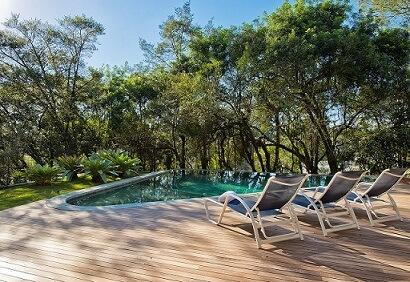 Modelos de piscinas com deck de madeira Projeto de Leonardo Muller