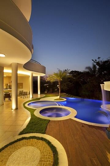 Modelos de piscinas com formatos diferentes Projeto de Aquiles Nicolas Kilaris