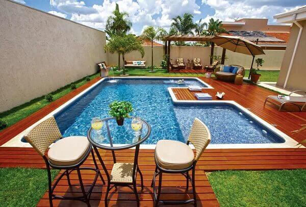 Modelos de piscinas de alvenaria com deck
