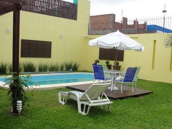 Modelos de piscinas de fibra com gramado