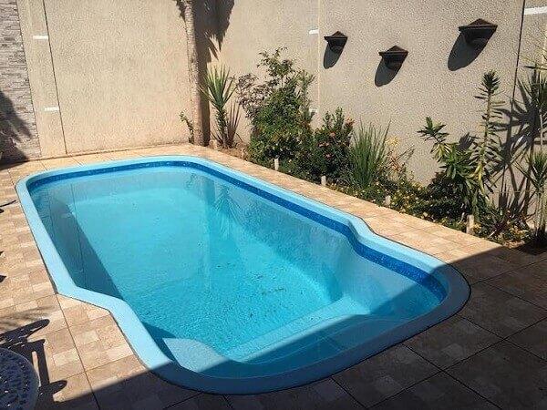 Modelos de piscinas de fibra com jardim