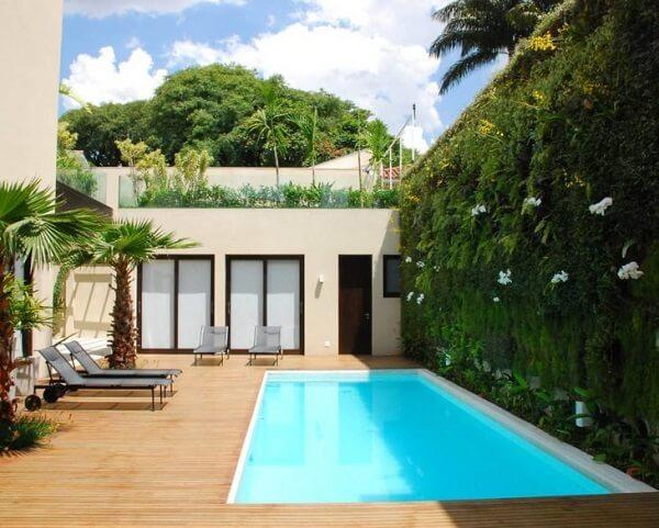O deck de madeira e o jardim vertical deixa o ambiente mais harmonioso