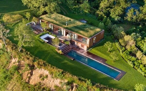 O telhado verde esconde a casa na natureza
