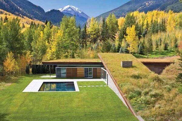 O telhado verde se integra perfeitamente a paisagem