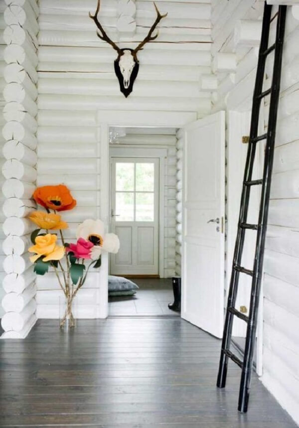 Os arranjos de flores artificiais dão as boas vindas aos moradores e visitantes da casa