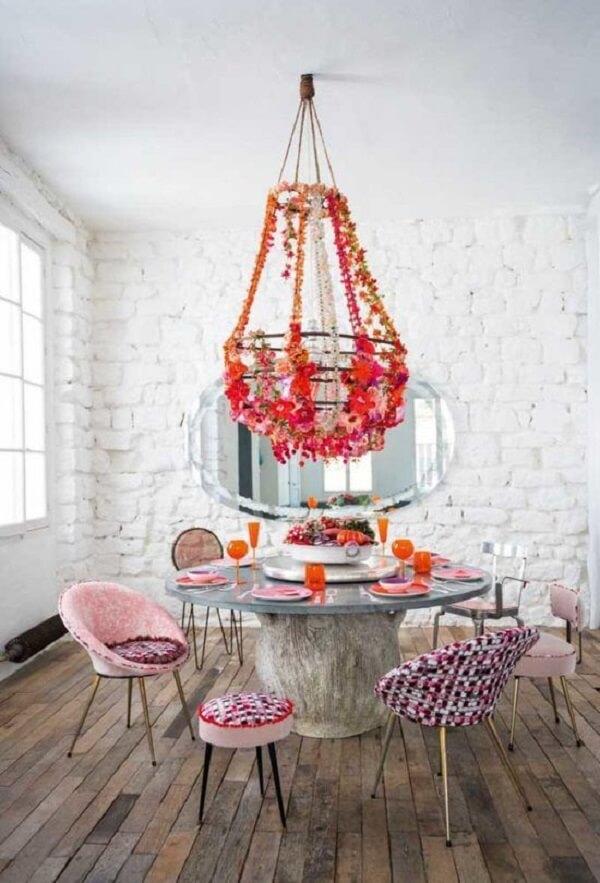 Os arranjos de flores artificiais foram fixados na estrutura do lustre da sala de jantar