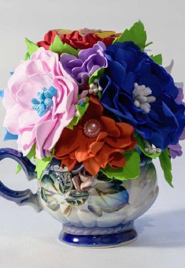 Os detalhes chamam a atenção nos arranjos de flores artificiais