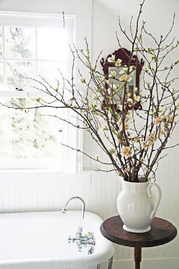 Os galhos secos realçam a beleza dos arranjos de flores artificiais