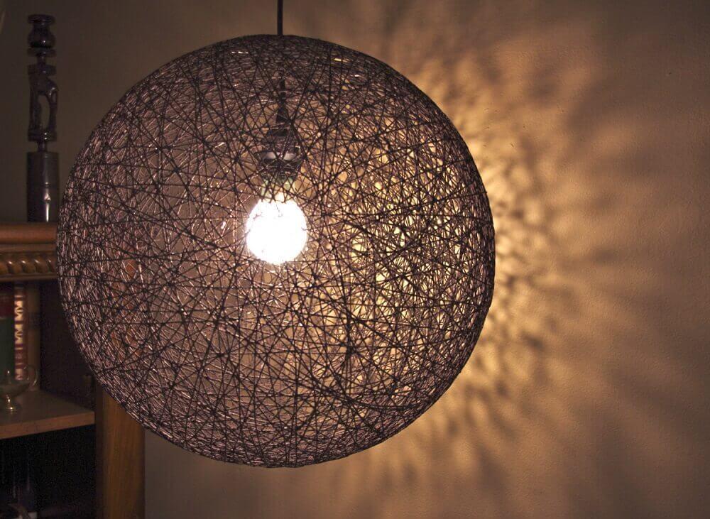 Pedente de luminária de barbante