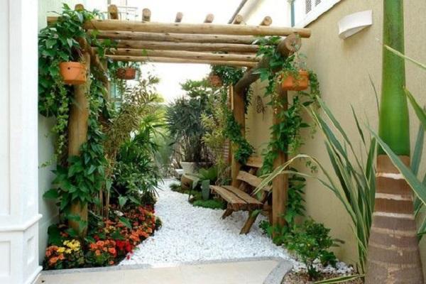Modelos de jardim com pergolado de madeira e flores coloridas