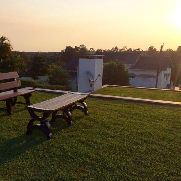 Posicione um banco no telhado verde para relaxar