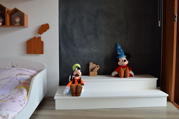 Quarto de menina com pare da parede em tinta lousa Projeto de DH Arquitetura
