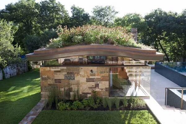 Que tal montar um lindo jardim de flores no telhado?