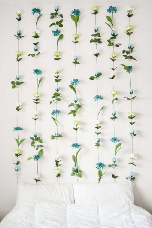 Que tal usar os arranjos de flores artificiais para decorar a cabeceira da cama?
