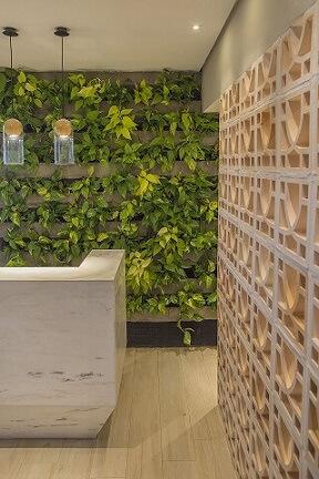 Recepção verde com divisória de cobogó Projeto de Galpão Design