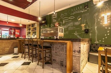 Restaurante com parede de tinta lousa Projeto de Carol Bezerra