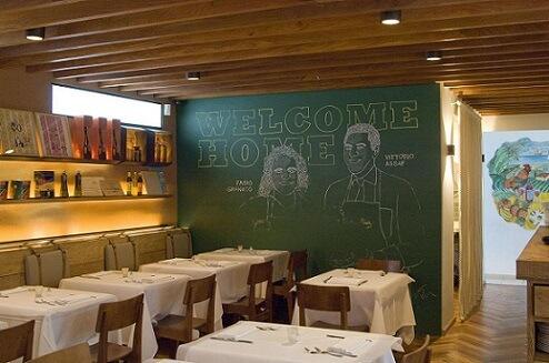 Restaurante com parede de tinta lousa Projeto de Triplex Arquitetura