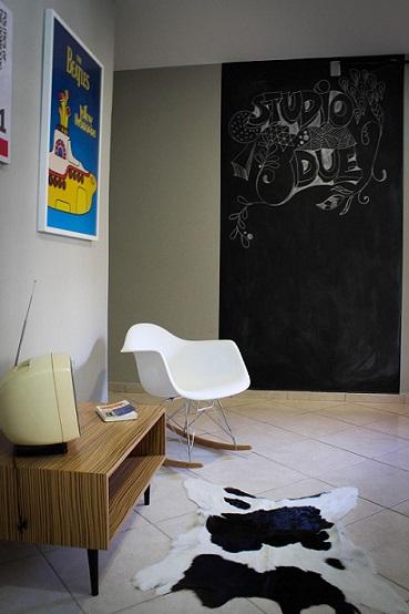 Sala com parede de tinta lousa Projeto de Studio Due Arquitetura