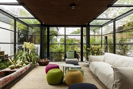 Sala com paredes e telhado de vidro Projeto de Casa Cor Bahia 2017