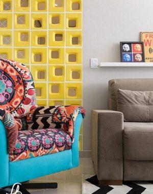 Sala de estar colorida com cobogó amarelo separando do corredor Projeto de Flavia Bastiani