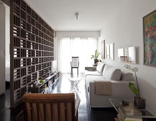 Sala de estar e quarto divididos por parede de cobogó Projeto de Filipe Ramos
