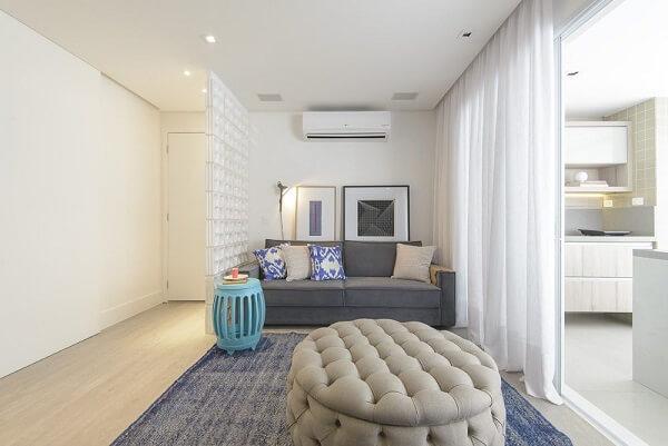 Sala de estar separada da entrada da casa por cobogó Projeto de D2N Arquitetura