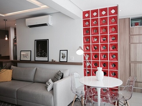 Sala integrada à copa com cobogó vermelho Projeto de Glaucio Gonçalves