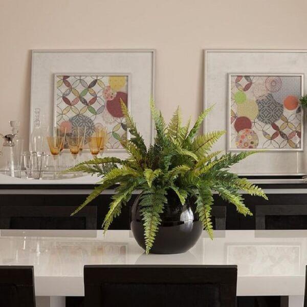 Samambaia artificial traz beleza ao centro da mesa de jantar