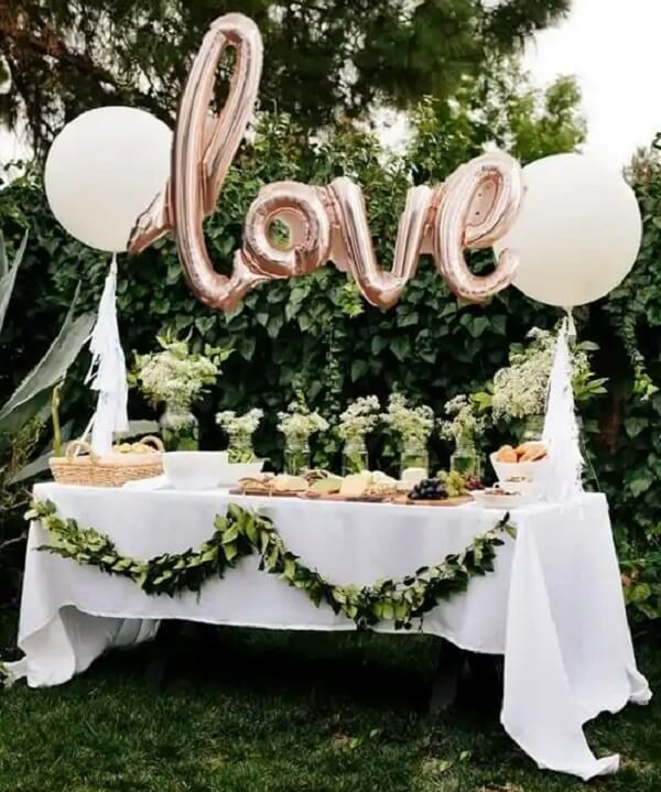 Use creative bladders in simple wedding decor