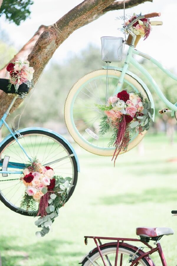 Use bicycles in simple wedding decor