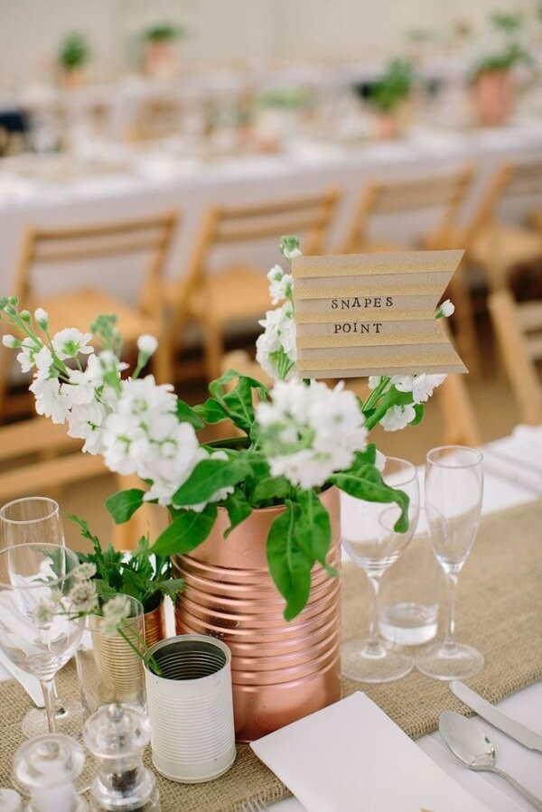 Use metal cans in simple wedding decoration