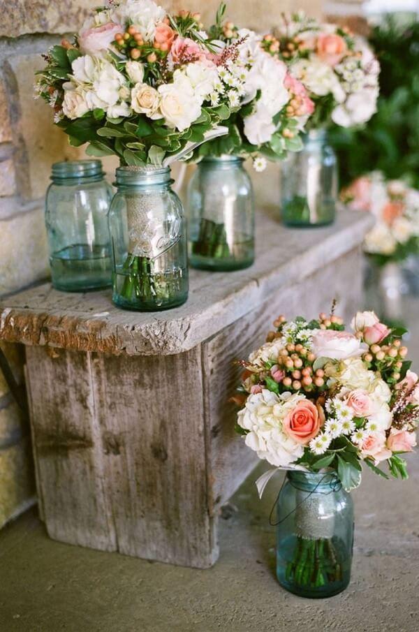Utilize potes de vidro para formar lindos arranjos florais