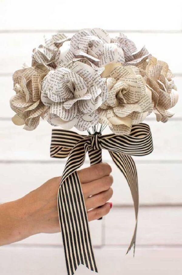 Utilize folhas de revista e jornal para criar lindos arranjos de flores artificiais