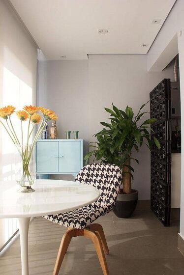Varanda integrada à cozinha por divisória de cobogó Projeto de Anna Paula Moraes