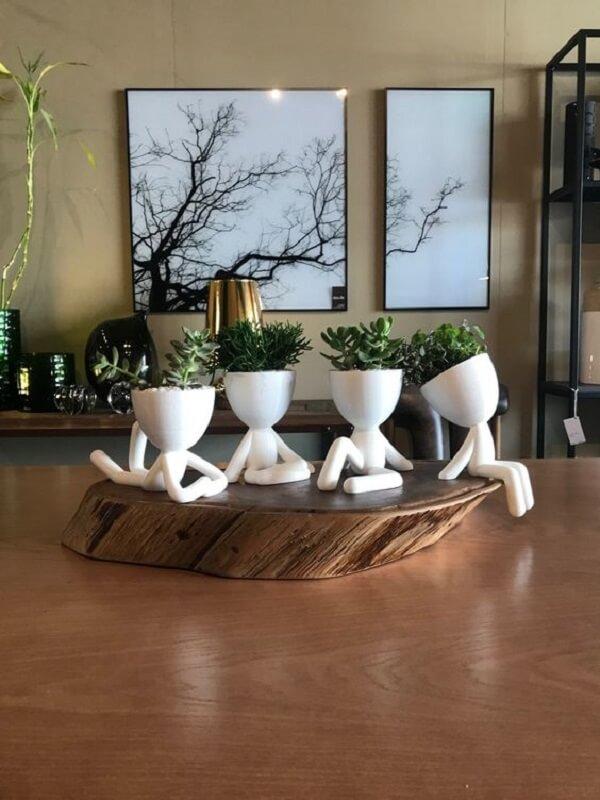 Vasos criativos realçam a beleza dos arranjos de flores artificiais