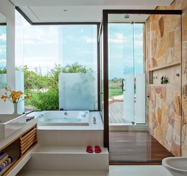 Vista de banheiro com banheira quadrada grande