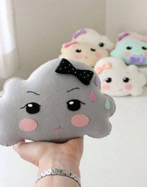 almofadas de feltro em formato de nuvem