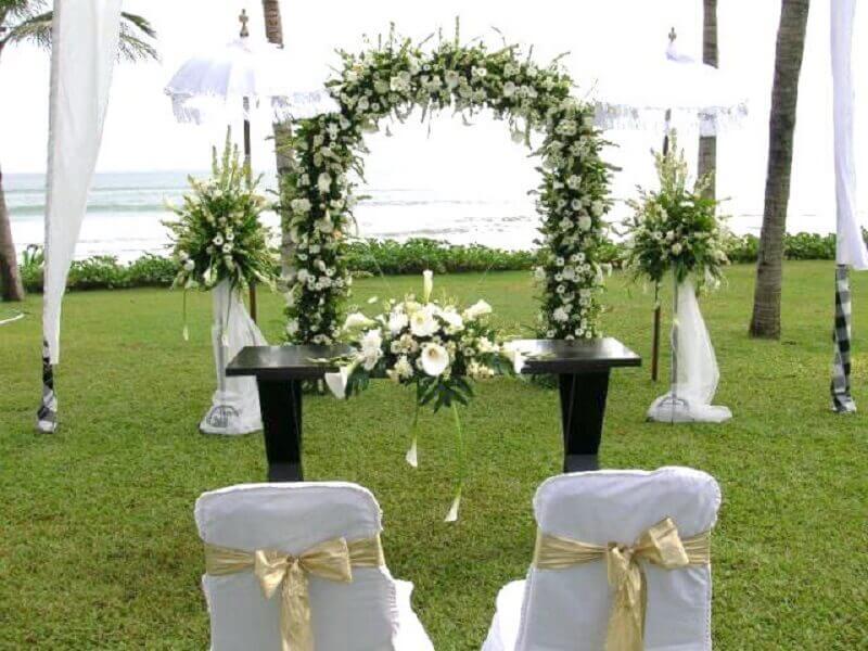 altar de casamento com arco de flores