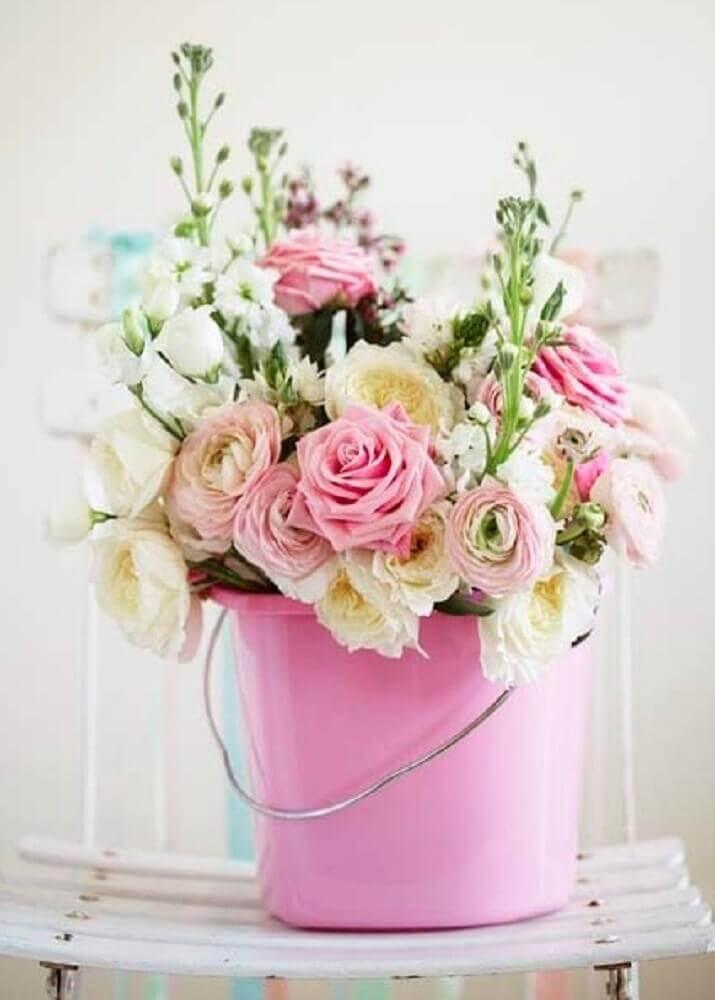 arranjo de flores artificiais em balde rosa