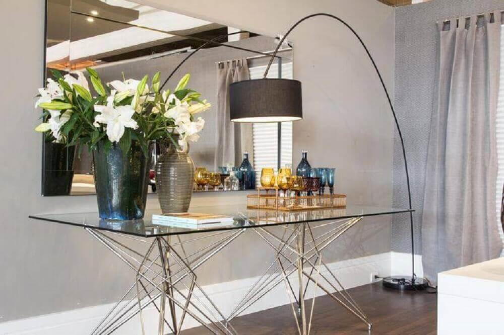 Decoração de sala com arranjo de flores artificiais e espelho