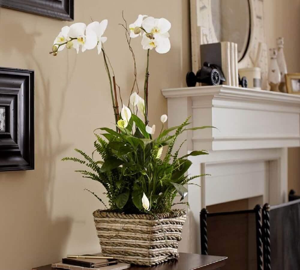 arranjos de flores artificiais com folhagem