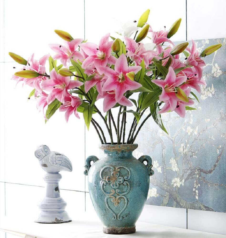 arranjos de flores artificiais com lírios