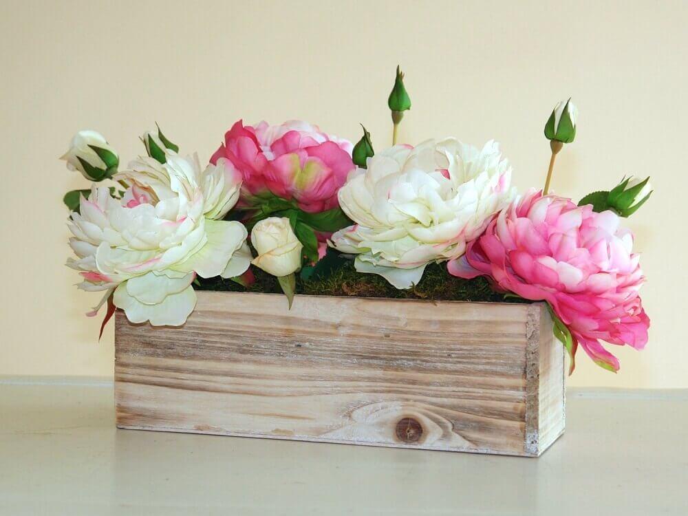 arranjos de flores artificiais em caixote rústico