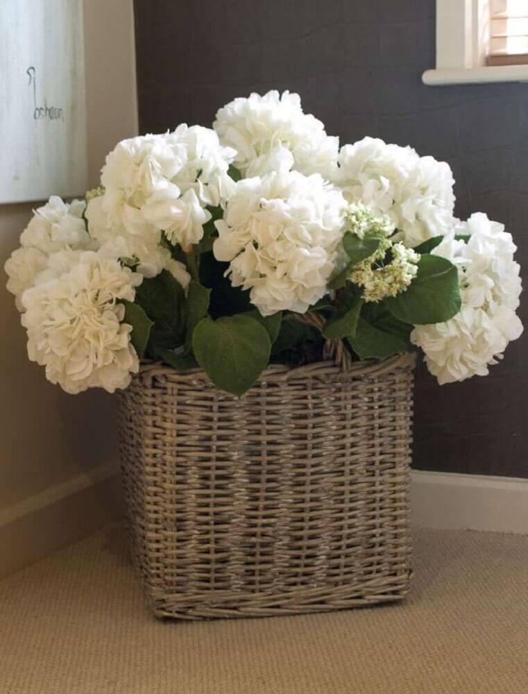 arranjos de flores artificiais em cestos