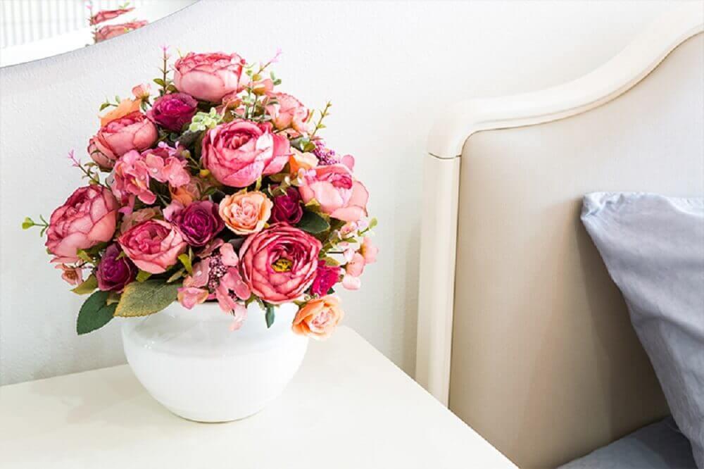 arranjos de flores artificias em vaso branco