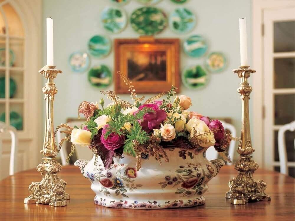 arranjos florais artificiais em louça antiga