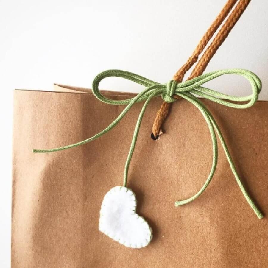 artesanato de feltro para detalhe de embalagem de presente